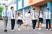 고등학생, 학교건물 (교육시설), 십대 (인간의나이), 등하교 (움직이는활동), 학교생활, 교사 (교육직), 미소, 즐거움, 걷기 (물리적활동)