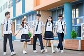 고등학생, 학교건물 (교육시설), 십대 (인간의나이), 등하교 (움직이는활동), 학교생활, 미소, 즐거움, 걷기 (물리적활동), 친구 (컨셉)