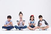 초등학생, 어린이 (인간의나이), 스마트폰, 휴대폰, 지루함, 스트레스 (컨셉)