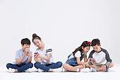 초등학생, 어린이 (인간의나이), 스마트폰, 휴대폰, 네명 (여러명[3-5])