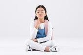 어린이 (인간의나이), 학생, 누끼, 한국인, 교육 (주제), 공부, 걱정 (어두운표정), 앉기, 숙고 (컨셉), 생각하는 (정지활동)