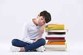 어린이 (인간의나이), 학생, 누끼, 한국인, 교육 (주제), 공부, 학원, 학교생활, 앉기, 책, 걱정, 피로 (물체묘사), 스트레스