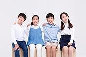 어린이 (인간의나이), 초등학생, 교육 (주제), 앉기, 어깨동무, 웃음 (얼굴표정)