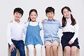 초등학생, 어린이 (인간의나이), 누끼, 한국인, 앉기, 어깨동무, 즐거움 (컨셉), 친구 (컨셉)