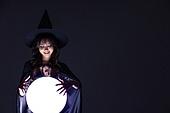 여성, 마법사 (가상존재), 마녀, 강렬한빛 (발광), 어두움 (색상강도), 파티, 미소, 관찰, 만족, 손들기