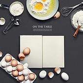 오브젝트 (묘사), 탑앵글, 책상, 달걀 (식료품), 요리 (음식상태), 요리하기 (음식준비), 베이킹