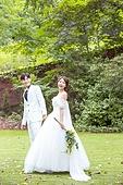 정원, 결혼, 신랑, 신부 (결혼식역할), 웨딩드레스, 미소, 손잡기