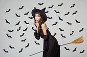 여성, 할로윈 (홀리데이), 마녀, 코스튬, 박쥐, 패턴, 마법사 (가상존재), 빗자루, 타기 (움직이는활동), 놀람 (컨셉)