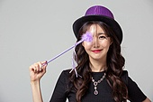 여성, 마술사, 코스튬, 할로윈 (홀리데이), 지팡이, 얼굴가리기 (식별할수없는사람), 미소