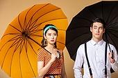 남성, 여성, 커플 (인간관계), 유색배경, 레트로스타일 (컨셉), 우산 (액세서리), 불만, 얼굴표정 (커뮤니케이션컨셉)