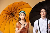 남성, 여성, 커플 (인간관계), 유색배경, 레트로스타일 (컨셉), 우산 (액세서리)