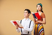남성, 여성, 커플 (인간관계), 유색배경, 레트로스타일 (컨셉), 책, 읽기 (응시), 무표정