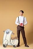 남성, 유색배경, 레트로스타일 (컨셉), 구식패션 (스타일), 오토바이 (자동차류), 모형, 선물상자, 선물 (인조물건), 미소
