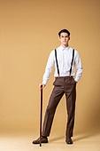 남성, 유색배경, 레트로스타일 (컨셉), 구식패션 (스타일), 지팡이, 들어올리기 (물리적활동)