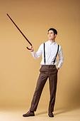 남성, 유색배경, 레트로스타일 (컨셉), 구식패션 (스타일), 지팡이, 들어올리기 (물리적활동), 포인팅 (손짓)