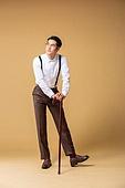 남성, 유색배경, 레트로스타일 (컨셉), 구식패션 (스타일), 지팡이, 들어올리기 (물리적활동), 미소