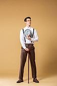 남성, 유색배경, 레트로스타일 (컨셉), 구식패션 (스타일), 지팡이, 들어올리기 (물리적활동), 중절모 (모자)