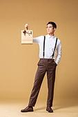 남성, 유색배경, 레트로스타일 (컨셉), 구식패션 (스타일), 쇼핑 (상업활동), 쇼핑백, 무표정