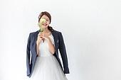 여성, 결혼 (사건), 신부 (결혼식역할), 비혼식 (컨셉), 웨딩드레스, 꽃, 미소, 눈감음 (정지활동)