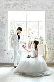 신랑, 신부 (결혼식역할), 결혼 (사건), 웨딩드레스 (드레스), 미소, 부케, 손잡기 (홀딩)