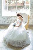 신부 (결혼식역할), 결혼 (사건), 웨딩드레스 (드레스), 앉기 (몸의 자세), 부케, 수줍음 (감정)