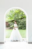 신부 (결혼식역할), 결혼 (사건), 웨딩드레스 (드레스), 순수, 문 (건물출입구), 부케, 벽 (건물의부분), 미소