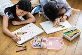 초등학생, 어린이 (인간의나이), 바닥 (위치묘사), 엎드림 (눕기), 색칠놀이 (페인팅하기)