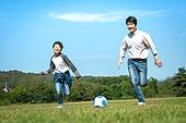 아빠, 아들, 가족, 실외, 플레이 (움직이는활동), 잔디밭, 축구, 드리블, 달리는 (물리적활동)