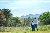 아빠, 아들, 실외, 여유로운주말 (레저활동), 육아대디 (아빠), 함께함, 잔디밭, 축구공, 들어올리기 (물리적활동), 뒷모습, 어깨동무