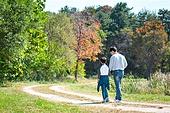 아빠, 아들, 여유로운주말 (레저활동), 육아대디 (아빠), 함께함, 잔디밭, 뒷모습, 손잡기 (홀딩), 걷기 (물리적활동)