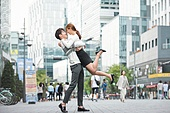 커플, 데이트, 한국인, 동양인 (인종), 도시, 20-29세 (청년), 로맨스, 로맨틱, 사랑 (컨셉), 스킨십, 두명, 포옹 (홀딩), 애정 (밝은표정), 점프, 자신감 (컨셉)