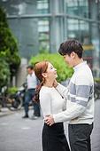 커플, 데이트, 한국인, 동양인 (인종), 도시, 20-29세 (청년), 로맨스, 로맨틱, 사랑 (컨셉), 스킨십, 두명, 포옹 (홀딩), 웃음 (얼굴표정)