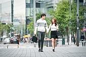 커플, 데이트, 한국인, 동양인 (인종), 도시, 20-29세 (청년), 로맨스, 로맨틱, 사랑 (컨셉), 스킨십, 두명, 걷기, 팔짱[두명이상] (만지기), 웃음 (얼굴표정), 미소, 밝은표정 (감정)