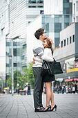 커플, 데이트, 도시, 한국인, 동양인 (인종), 로맨스 (컨셉), 로맨틱, 스킨십 (밝은표정), 포옹 (홀딩), 스킨십, 사내연애 (주제)