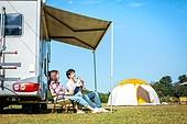 커플, 캠핑, 캠핑트레일러 (트레일러), 휴식, 차양 (건축특징), 미소