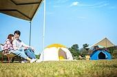 커플, 캠핑, 캠핑트레일러 (트레일러), 휴식, 차양 (건축특징), 손잡기 (홀딩), 기댐 (정지활동), 미소