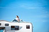 캠핑, 캠핑트레일러 (트레일러), 휴양 (컨셉), 윗부분 (부분), 앉기 (몸의 자세), 미소, 커플, 등맞대기, 손잡기 (홀딩)