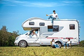캠핑, 캠핑트레일러 (트레일러), 여행, 휴양 (컨셉), 윗부분 (부분), 앉기 (몸의 자세), 미소, 가족, 자식두명과가족 (자식), 대화
