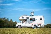 캠핑, 캠핑트레일러 (트레일러), 여행, 휴양 (컨셉), 윗부분 (부분), 앉기 (몸의 자세), 미소, 가족, 자식두명과가족 (자식), 웨이빙 (제스처), 만족, 손들기