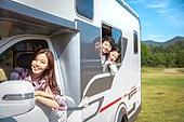 캠핑, 캠핑트레일러 (트레일러), 여행, 휴양 (컨셉), 미소, 가족, 자식두명과가족 (자식), 웨이빙 (제스처), 만족, 엄마, 아들, 딸