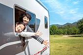 캠핑, 캠핑트레일러 (트레일러), 여행, 휴양 (컨셉), 미소, 가족, 웨이빙 (제스처), 만족, 남매