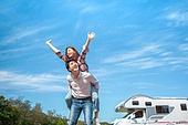 캠핑, 캠핑트레일러 (트레일러), 여행, 휴양 (컨셉), 미소, 가족, 웨이빙 (제스처), 만족, 손들기, 업기