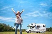 캠핑, 캠핑트레일러 (트레일러), 여행, 휴양 (컨셉), 미소, 가족, 자식두명과가족 (자식), 웨이빙 (제스처), 만족, 손들기, 업기