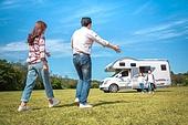 캠핑, 캠핑트레일러 (트레일러), 여행, 휴양 (컨셉), 미소, 가족, 자식두명과가족 (자식), 만족, 달리는 (물리적활동), 팔벌리기 (제스처)