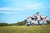 캠핑, 캠핑트레일러 (트레일러), 여행, 휴양 (컨셉), 미소, 가족, 자식두명과가족 (자식), 만족, 달리는 (물리적활동)