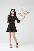 여성, 검정색 (색상), 블랙프라이데이, 드레스 (의복), 미소, 샴페인 (와인), 파티, 들어올리기 (물리적활동)