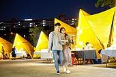 남성, 여성, 커플 (인간관계), 한강공원 (서울), 밤 (시간대), 야시장, 데이트, 걷기 (물리적활동), 길거리음식