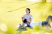 남성, 여성, 커플 (인간관계), 서울 (대한민국), 한강공원 (서울), 데이트, 잔디밭, 눕기 (몸의 자세), 미소, 비누방울장난감 (장난감), 불기