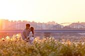 남성, 여성, 커플 (인간관계), 서울 (대한민국), 한강공원 (서울), 데이트, 일몰 (땅거미), 키스, 애정 (밝은표정)