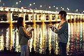 남성, 여성, 커플 (인간관계), 서울 (대한민국), 한강공원 (서울), 데이트, 밤 (시간대), 조명 (발광), 스파클러 (불꽃)